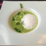 グリーンピースのスープ。白い泡はタイム風味。