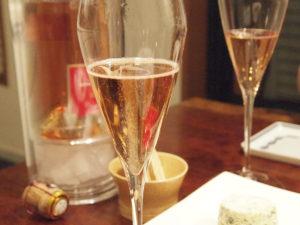 泡立ちの美しいシャンパーニュは優雅な気分にさせてくれる。