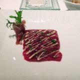 鯨のカルパッチョ 生ハムサラダ添え。おいしいが、シャンパーニュとは当然合わず(織り込み済みで注文)。