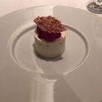 デザート。レアチーズと木苺、テュイルのハーモニー。濃厚で、充実の大きさ。