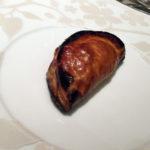 デザートのアップルパイ。縁の焦げは許容範囲か。パートナー曰くおいしかったが皿が前菜と同じは「ナシ」と。
