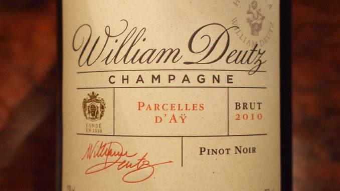 エチケットのメインにはWilliam Deutzと書かれる。Hommage À William Deutzの文字は右上に淡く。クラシックで、永続的なデザイン。