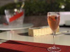 ボトルは映っていないが、従来から用いられているレジオン・ドヌールをモチーフにした赤の斜めリボンが直接ボトルに入るようになった。