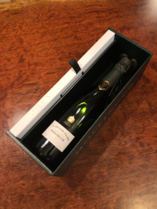 箱も凝っていて、リーフレットの仕込まれた蓋は横に収納できるようになっている。