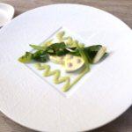 春の野菜とモッツァレラチーズの前菜。ソースはグリーントマト。うるいがフレッシュな印象を与える。