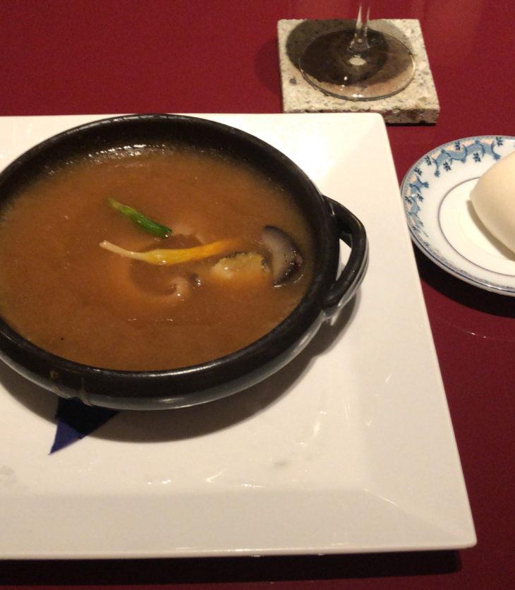鮑、干しなまこ入りフカヒレの姿煮濃厚スープ仕立て。スープに沈んでいるが、フカヒレは肉厚で大きい。