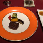 A5和牛ステーキ。やや焼きすぎ。脂の繊細さを活かす焼き加減で食べたかった。