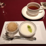 デザート。杏仁豆腐と胡麻団子。お茶は烏龍茶。