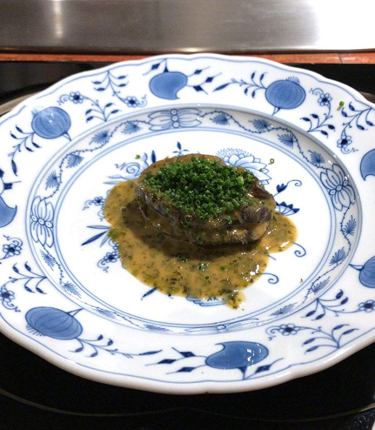 鮑の岩塩蒸し。これが食べたかった!鉄板焼では鮑必須。味わい深く、柔らかいが適度な食感もあり、満足。