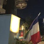 アプローチ。イタリア語の店名にフランス国旗で戸惑うが、フランス国旗を信用していい。