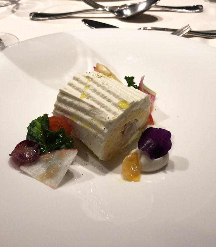 根セロリと手長海老のロールケーキ。何とブッシュドノエルスタイル!しかしもちろんコースの前菜、もちろん甘さ控えめ。