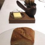 パンも自家製とか。奥の小鳥のオブジェはバターナイフ。