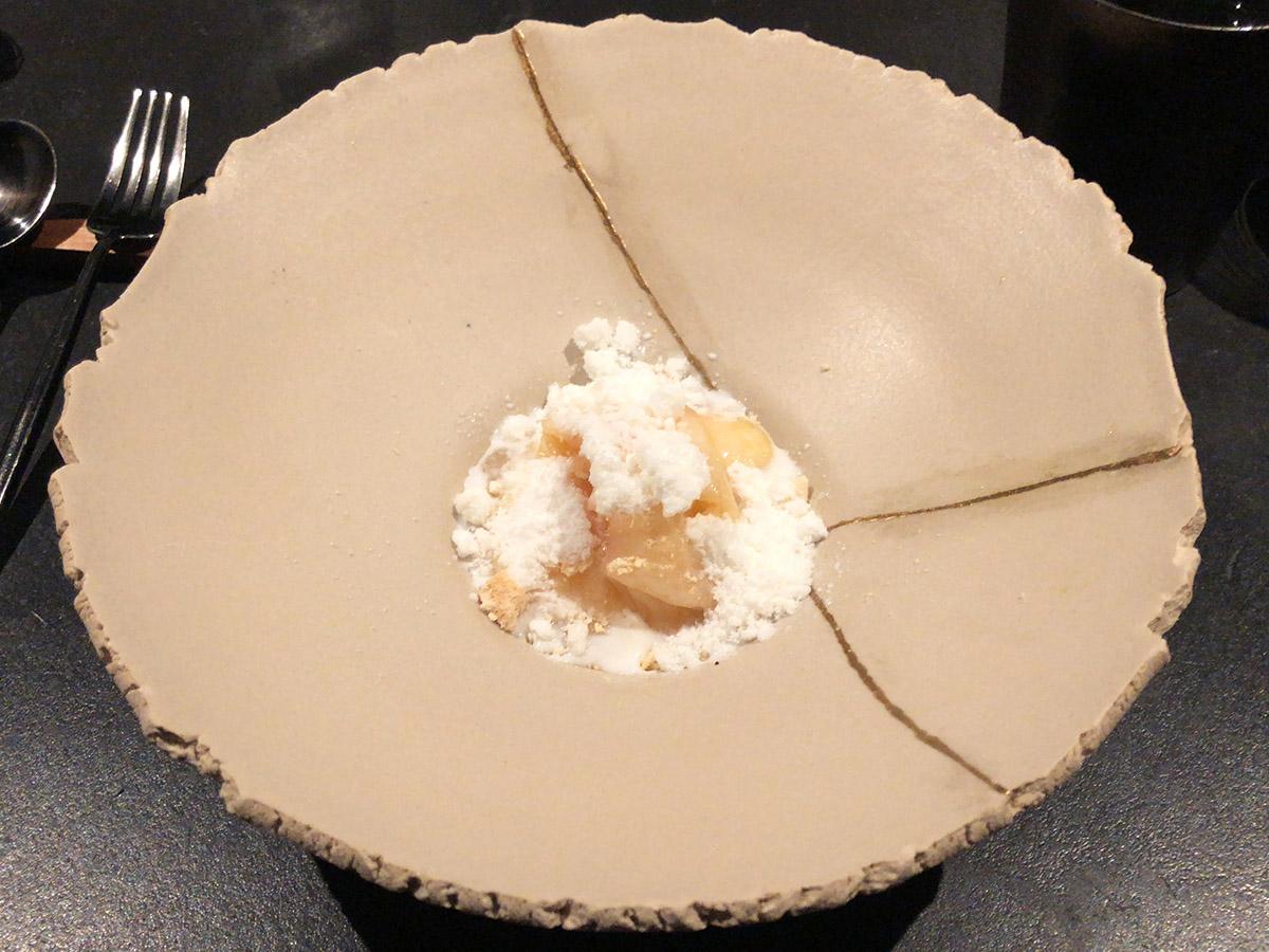 桃。上の白いのはメレンゲ。